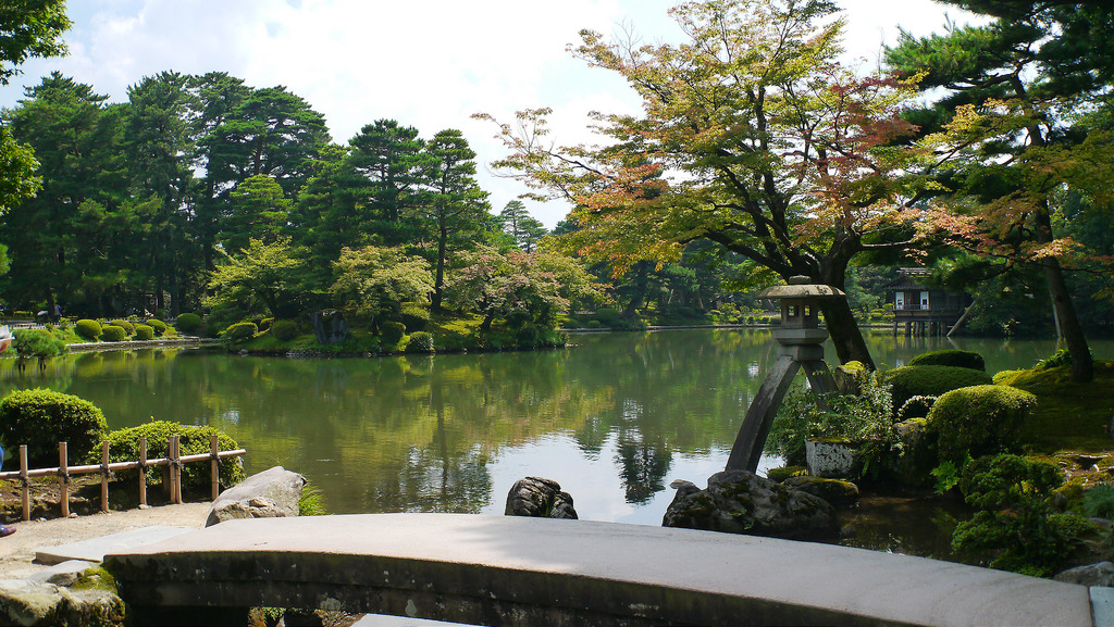 What are the various attractions of Kenrokuen which also attract ...