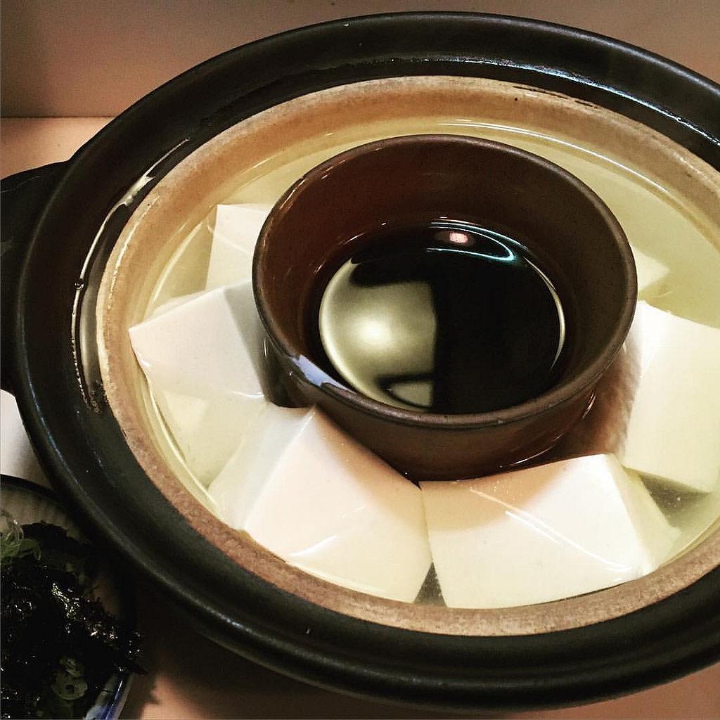 つける醤油も温める京都の湯豆腐。