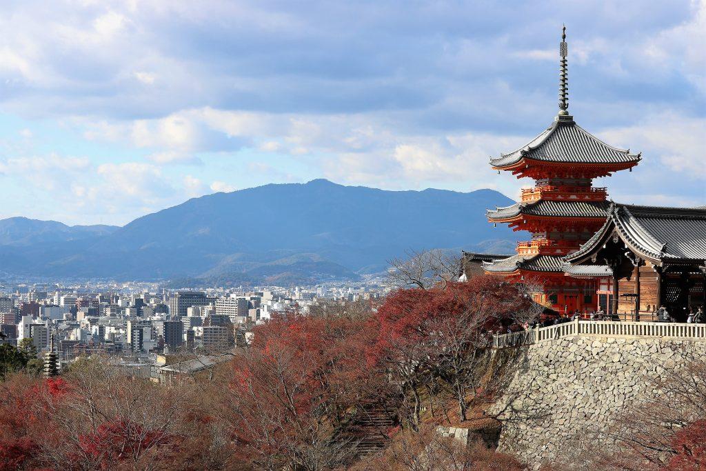 清水寺から望む京都の市街地と山々