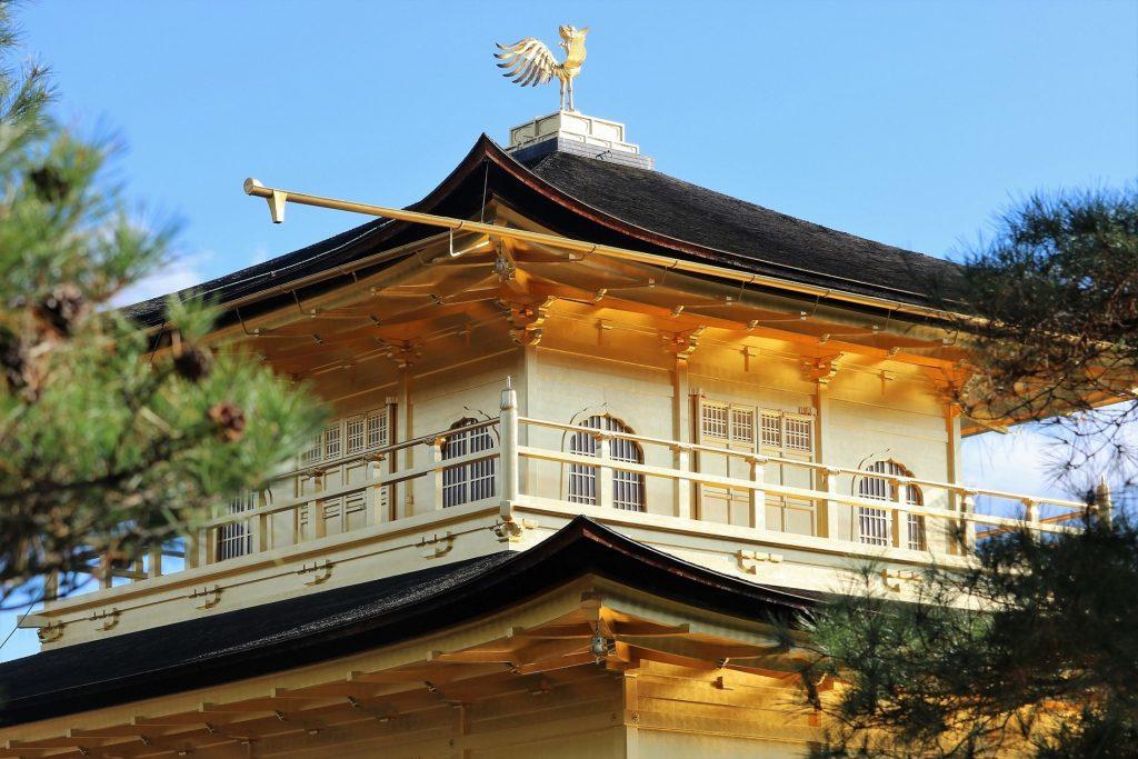 池とは反対側の山側から見た金閣寺舎利殿。