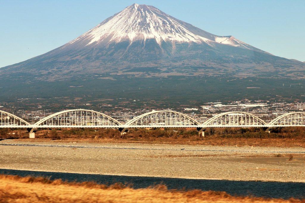 JR東海道新幹線から望む富士山と富士川(静岡県富士市)