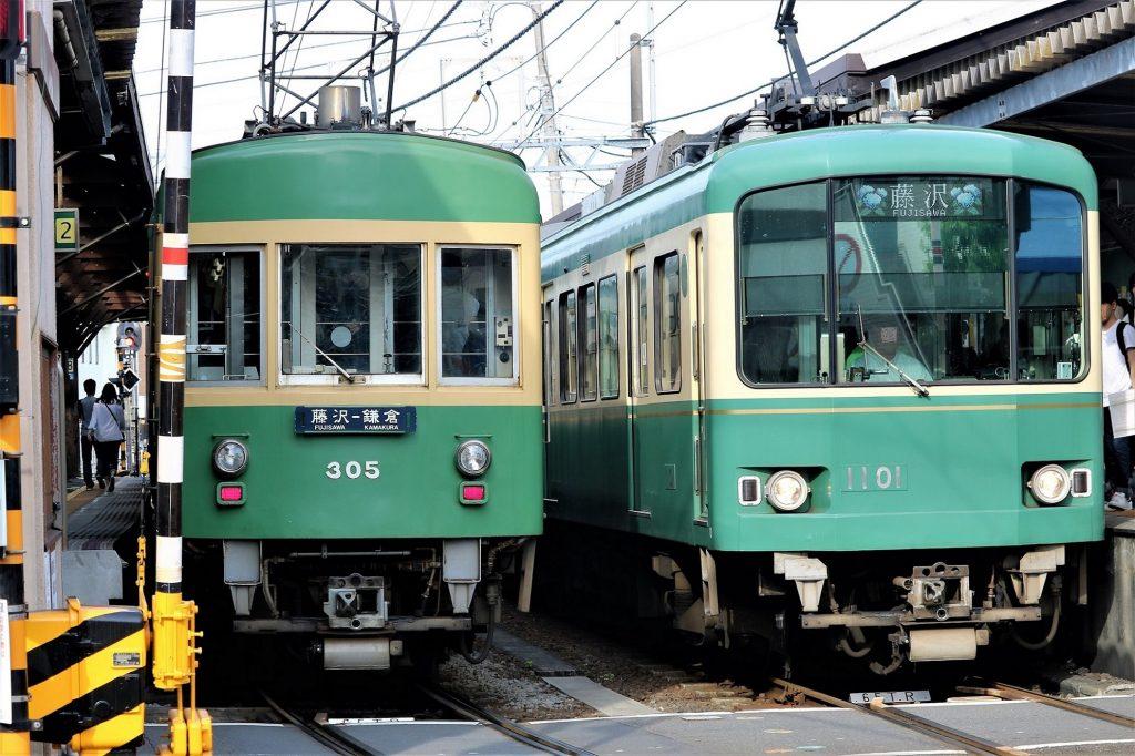 長谷駅で行き交う江ノ島電鉄