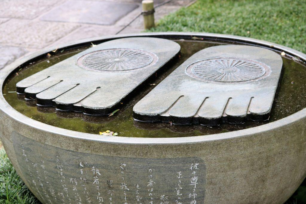 仏足石(ぶっそくせき)