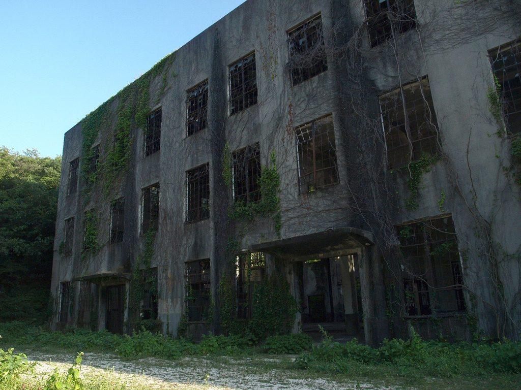 展望台と軍関連施設の廃墟達