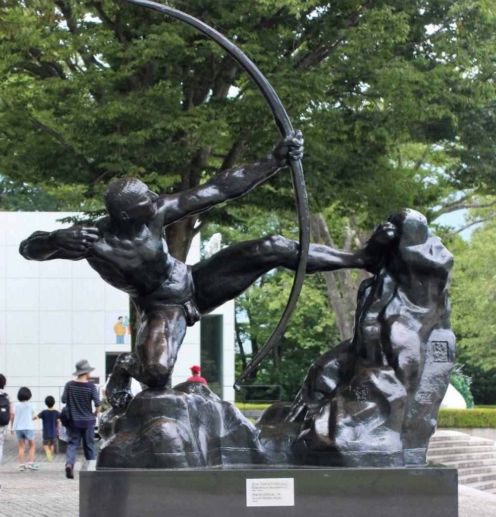 弓を引くヘラクレス-大