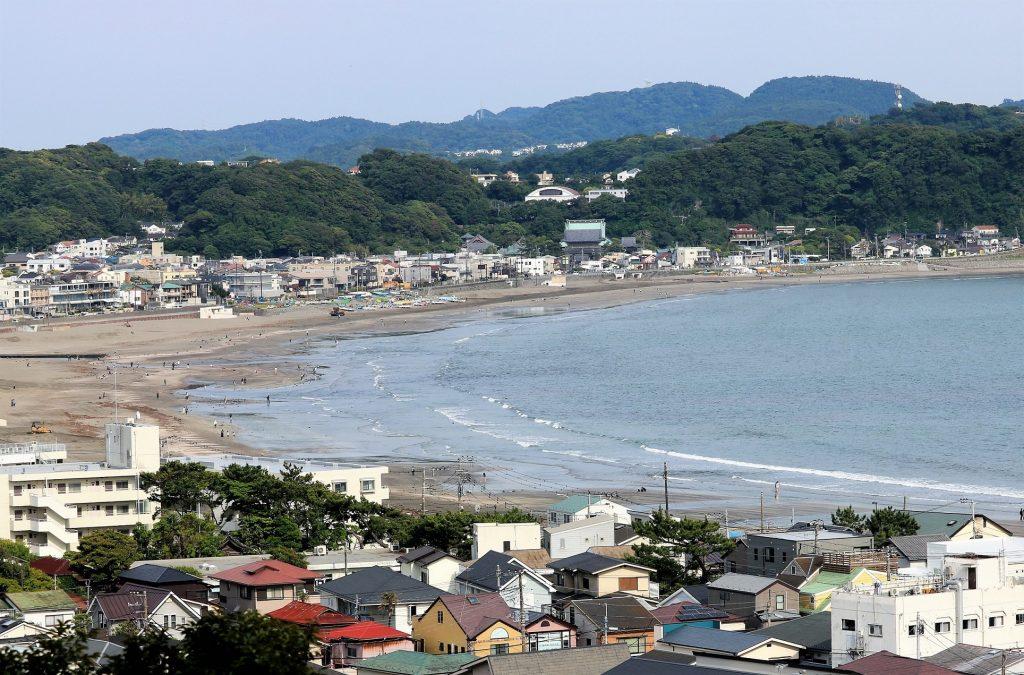 あじさい路の上部から眺める三浦半島の海岸